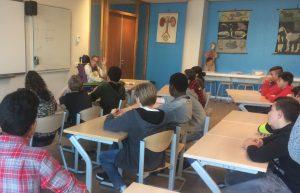 Gastspreker Sulya tijdens de les