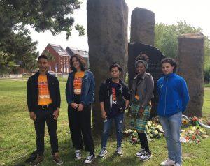 Jongeren bij het slavernijmonument